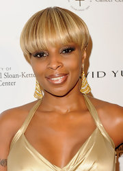The R & B diva paired her honey-blond tresses with gold and diamond drop earrings.