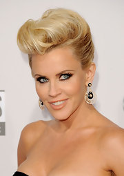 Jenny McCarthy rolled her luscious blonde locks into a modern-day coif for the 2012 American Music Awards.