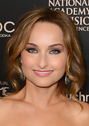 Giada showed off her lovely caramel hair with soft and pretty waves.