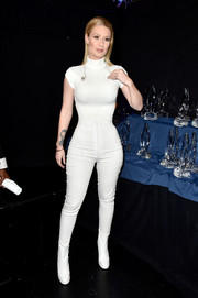 Iggy Azalea performed at the People's Choice Awards wearing a white turtleneck bodysuit.