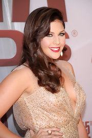 Hillary Scott showed off her retro glam look at the 45th Annual CMA Awards.