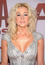 Kellie Pickler arrived at the 45th Annual CMA Awards wearing lots of frosty silver shadow and lengthening mascara.