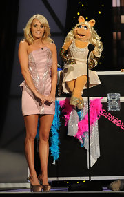 As to not be upstaged by Miss Piggy, Carrie pulled out the stops in a strapless pale pink frock that showcased her long legs and sparkling bronze platform pumps. It appears Miss P followed Carrie's styling tips.