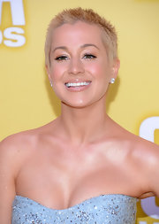 Kellie wore a pale pink gloss to make her lips full and luminous at the CMA Awards.