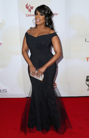 Niecy Nash sheathed her curves in a tight black off-the-shoulder gown for the NAACP Image Awards.