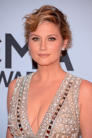 Jennifer Nettles topped off her glamorous look with a messy-sexy updo when she attended the CMA Awards.