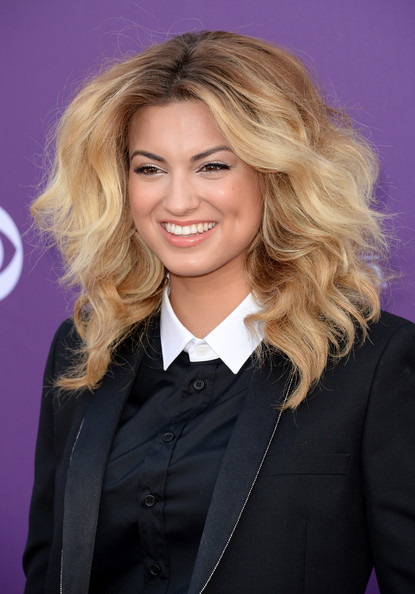 More Pics of Tori Kelly Metallic Clutch (3 of 11) - Tori Kelly Lookbook - StyleBistro [hair,blond,hairstyle,layered hair,chin,long hair,official,hair coloring,smile,brown hair,arrivals,tori kelly,las vegas,nevada,mgm grand garden arena,academy of country music awards]