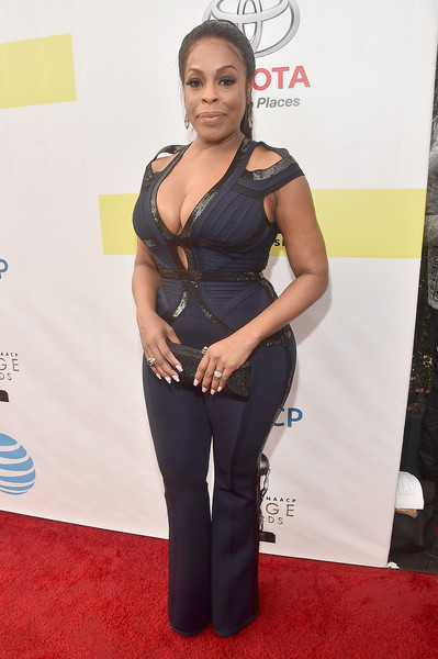 Niecy Nash attended the NAACP Image Awards wearing a navy and black cutout jumpsuit that showed off her curves!