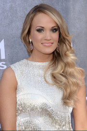 Carrie Underwood added a dose of sexiness to her look with smoky eye makeup.