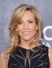 Sheryl Crow looked very feminine with her graceful waves at the ACM Awards.