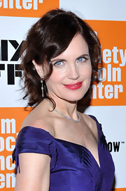 Side-swept bangs added some drama to Elizabeth McGovern's short wavy hairstyle.