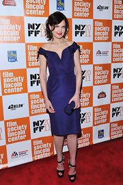 Elizabeth McGovern paired her glam cocktail dress with a darling midnight blue box clutch.