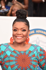Yvette Nicole Brown gathered her hair into a top knot for the 2018 NAACP Image Awards.