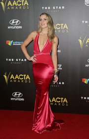 Kirby Burgess chose a fun and sexy plunge dress for the 4th AACTA Awards.