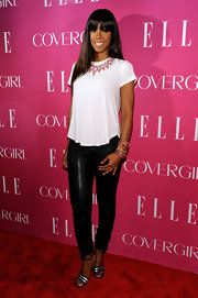 Kelly Rowland made even a plain white tee look good on the red carpet.