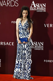 Vivian Hsu paired her blue and white floor-length gown with an eye-catching  electric blue patent leather clutch.