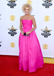 Kimberly Schlapman complemented her dress with a jewel-toned box clutch by Rauwolf.