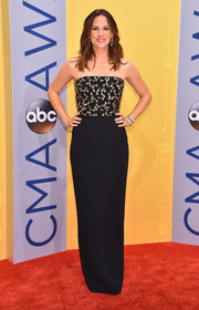 Jennifer Garner cut a sleek silhouette in a strapless, beaded-bodice gown by Jenny Packham during the CMA Awards.