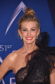Faith Hill kept it casual with this messy top knot at the 2017 CMA Awards.
