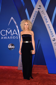 Kimberly Schlapman opted for a strapless velvet gown in a dark purple hue when she attended the 2017 CMA Awards.