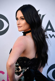 Kacey Musgraves sported a loose, subtly wavy style at the 2017 ACM Awards.