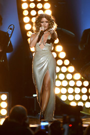 Maren Morris gave a sizzling-hot performance wearing a low-cut, high-slit metallic gown at the 2018 ACM Awards.