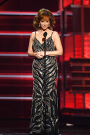 Reba McEntire shimmered in a black gown with silver beading while speaking onstage at the 2018 ACM Awards.