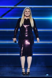 Kelly Clarkson donned a fitted purple sequin dress for her performance at the 2018 ACM Awards.
