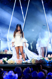Maren Morris looked angelic in a white mini dress with flowing sleeves while performing at the 2019 CMA Awards.