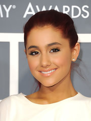 Ariana topped off his glowing look golden shadow. Defined lashes was the perfect finish to her flawless look.