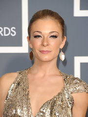 Singer LeAnn Rimes attended The 53rd Annual Grammy Awards wearing 18-karat gold polished Rock Candy drop earrings in brown shell.
