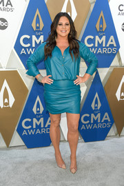 Sara Evans styled her frock with beige PVC-panel pumps.