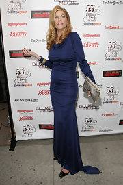 Actress Kristen Johnston paired her long sleeve dress with a metallic silver clutch.