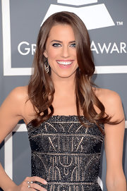 Allison Williams kept her hair and makeup to a minimum, especially with simple long waves.