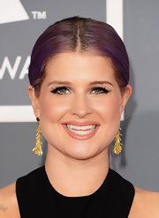 Kelly Osbourne opted for a more subtle look on the red carpet with these classic gold dangle earrings.