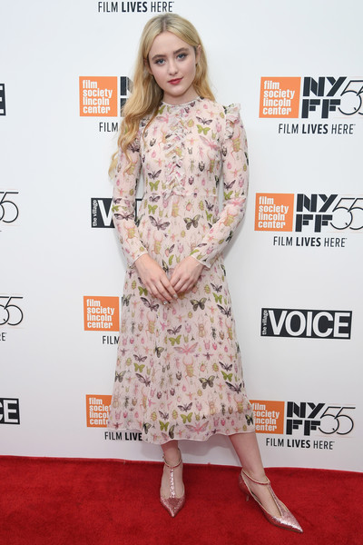 Kathryn Newton complemented her dress with a pair of metallic pink T-strap pumps.