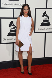 Rocsi Diaz chose a simple yet sexy double-slit little white dress by Cushnie et Ochs for her Grammys red carpet look.