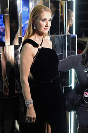 Celine Dion flaunted an ultra-luxe diamond cuff at the 2017 Grammys.