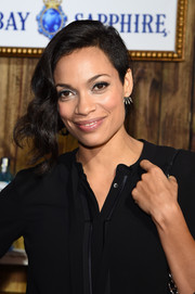 Rosario Dawson rocked an asymmetrical wavy hairstyle at the 2014 Bombay Sapphire Artisan Series finale.