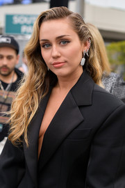 Miley Cyrus wore her hair down in a side-parted wavy style at the 2019 Grammys.