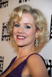 Penelope Ann Miller attended the 62nd Annual ACE Eddie Awards wearing her short layered bob in soft curls and waves.