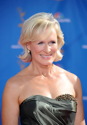 Glenn Close showed off her old European–cut diamond drop earrings, which were 7.0 carats each.