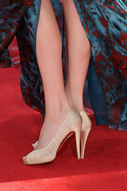 Carrie Preston paired her printed evening gown with champagne colored peep toe pumps.