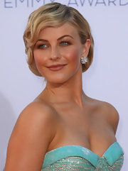 Julianne Hough went for a totally retro-inspired glamorous look when she chose these pinned back finger waves.
