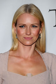 Naomi Watts looked stunning in 4.0 carat cushion-cut diamond pendant earring, in silver on gold earrings.