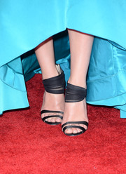 Jessica paired black Oscar de la Renta shoes that features double straps across the toes and lace around the ankle with her teal Oscar de la Renta gown.