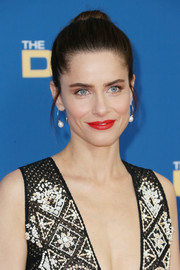 Amanda Peet brightened up her face with this red lippy.