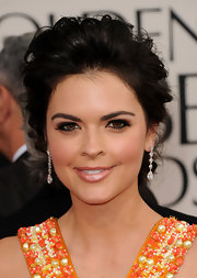 Katie Lee opted for dangling diamond earrings at the Golden Globe Awards.