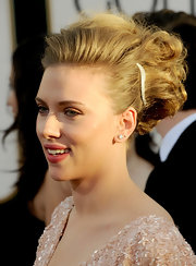You can always count on Scarlett Johansson for an interesting hairstyle. The actress styled her locks in a messy updo full of volume and pinned ringlets.