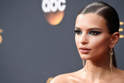 Emily Ratajkowski sported an ultra-sleek side-parted ponytail at the Emmys.